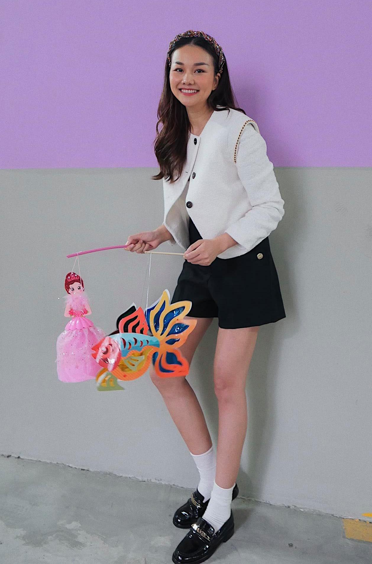 Thanh Hằng như hồi teen với set đồ theo phong cách nữ sinh cổ điển.