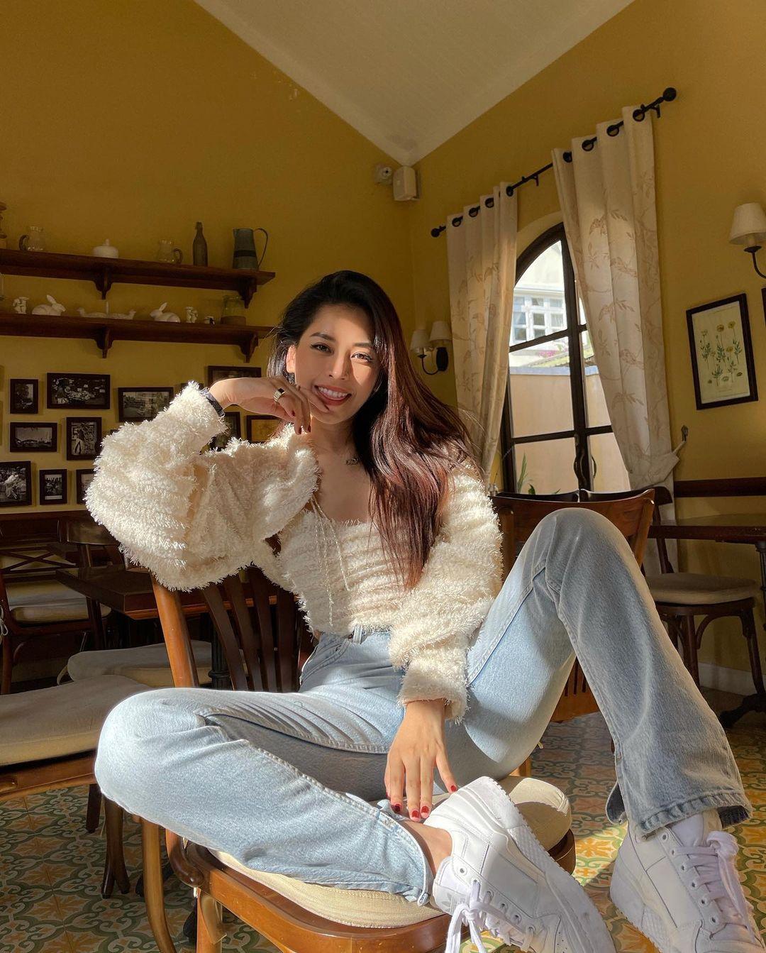 Diện áo theo cặp là xu hướng được Chi Pu đặc biệt yêu thích gần đây. Nữ ca sĩ sắm nhiều mẫu cardigan với đủ chất liệu khác nhau, phối với áo hai dây hoặc ba lỗ theo set.