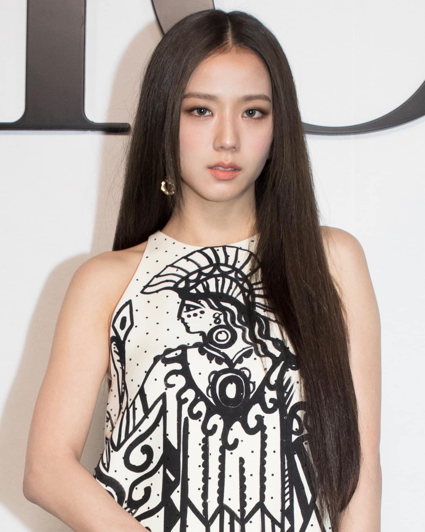 Trung thành với phong cách trang nhã, nền nã quen thuộc, Ji Soo không chỉ tối giản về trang phục mà còn hạn chế phụ kiện, trang sức hết mức. Cô chọn kiểu tóc tối màu suôn thẳng rẽ ngôi giữa, gương mặt makeup tông nude không cầu kỳ.