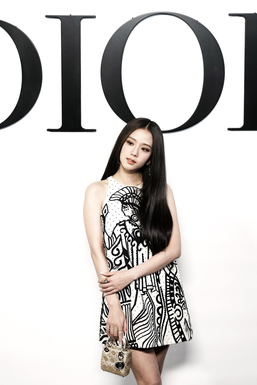Dù được khen visual chuẩn hoa hậu, nàng đại sứ chưa thực sự gây ấn tượng về trang phục. Bộ đầm dáng suông không chỉ khiến Ji Soo lộ vóc dáng bé nhỏ mà còn làm cô bị giấu tiệt đường cong.