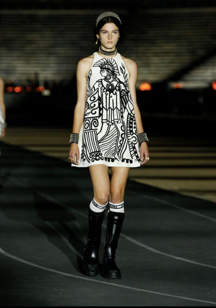 So với model trên sàn diễn, cách mix của Ji Soo đơn giản và nữ tính hơn nhiều, chưa tạo nên sự đột phá.