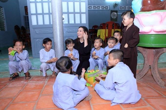 Con nuôi của Phi Nhung ở chùa Pháp Lạc.