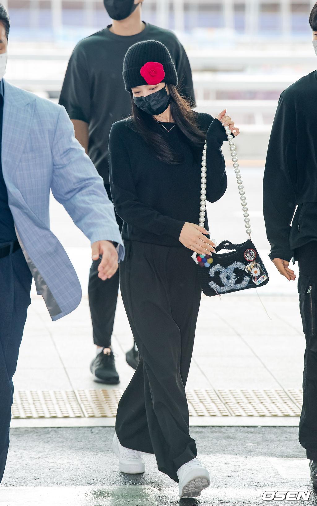 Jennie được ví như đang catwalk tại sân bay. Từ khóa Jennie airport runway vào top trending Twitter toàn cầu với hàng chục nghìn lượt tweet.