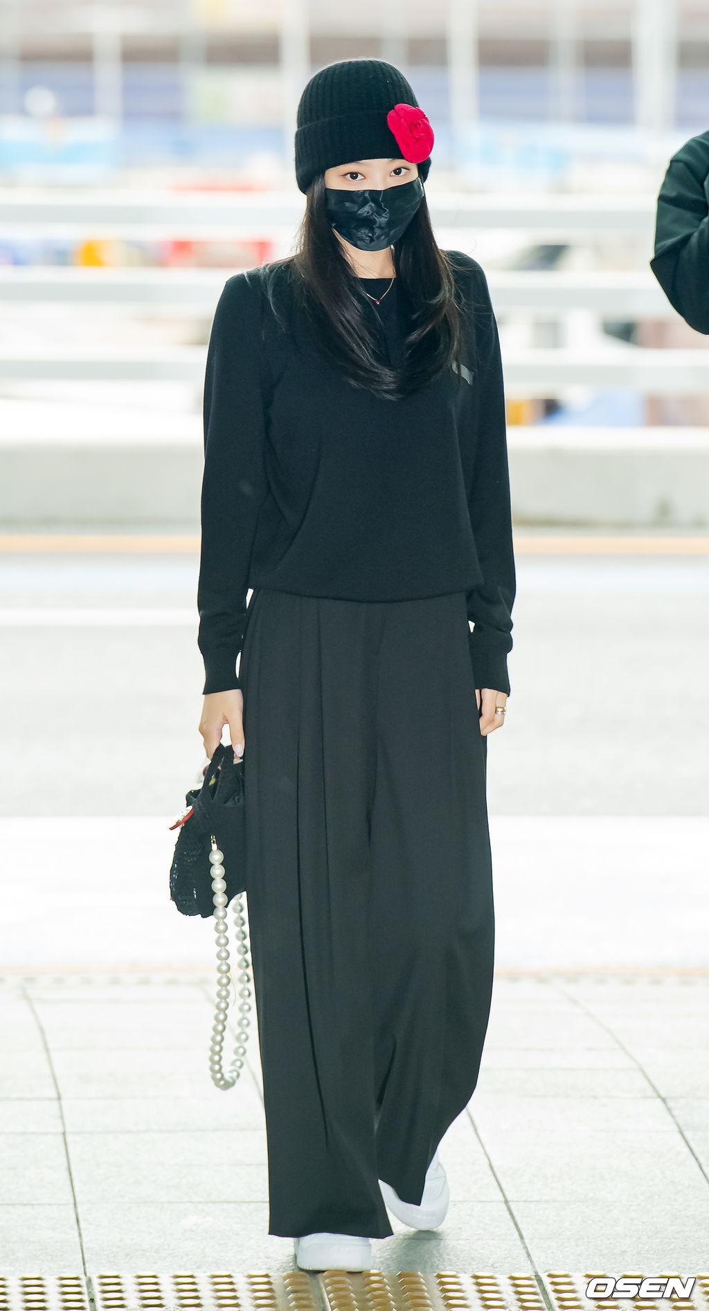Trong lần ra sân bay này, Jennie chơi style đen cả cây, trong đó chiếc túi xách Chanel và mũ beanie làm điểm nhấn.