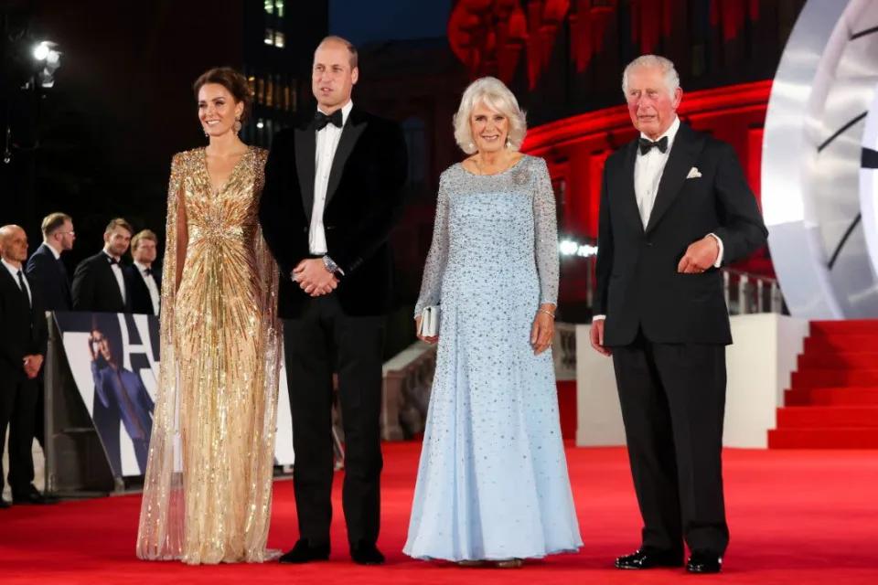 Gia đình Hoàng gia cũng góp mặt tại sự kiện. Họ còn vui vẻ trò chuyện với Daniel Craig.