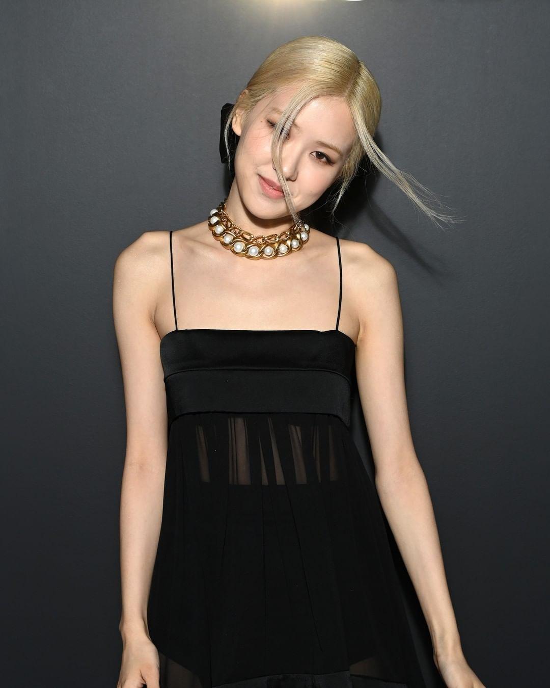 Đi kèm trang phục tông đen, Rosé chọn vòng cổ ngọc trai đậm chất cổ điển cùng kiểu tóc buộc thấp khá đơn giản.
